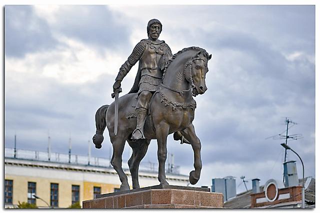 Одинокий воин на коне – таким князь Олег увековечен в камне на Соборной площади Рязани.