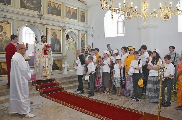С 2005 года храм Святой Троицы созывает на службу звоном колоколов, подаренных Россией
