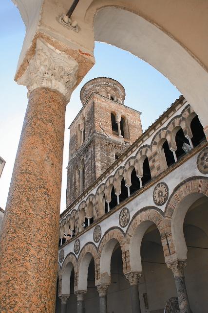 Двор и башня собора Сан-Маттео