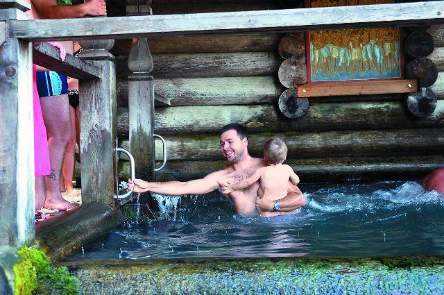 Для верующих в чудодейственную силу воды построено несколько купален.