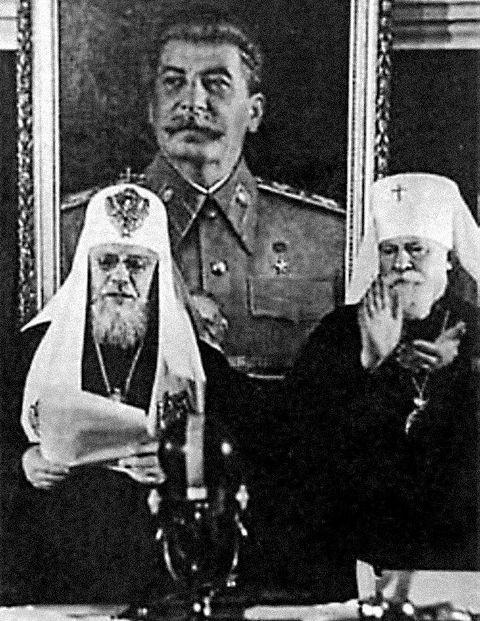 Натиск врага был столь силен, а потери столь вели- ки, что бывший семинарист Сосо Джугашвили (Ста- лин) начал открывать по всей стране храмы, пред- ложил немедленно провести Архиерейский собор и выбрать Патриарха