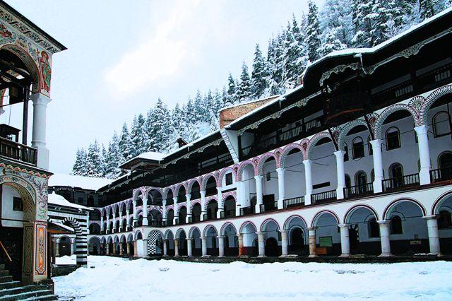 Построенные в XIX веке здания, служащие и сте- нами монастыря, украшены арками, колоннами и на- рядно расписаны. Здесь располагает- ся около 300 келий, четыре часовни, трапезная, библио- тека