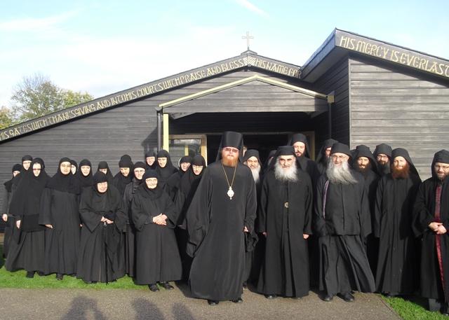 Отличительной чертой монастыря является его «двойной» характер — община состоит как из монахов, так и монахинь. Практика в современном православии редкая, но встречающаяся в церковной истории