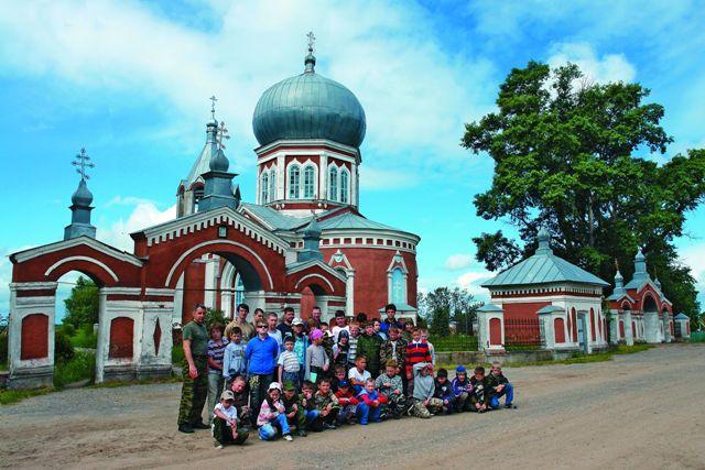Храм Успения Божией Матери в Печенкине, построенный в середине XIX века, снаружи обновлен, но внутри находится в аварийном состоянии, как и многие церкви в бедных сельских приходах