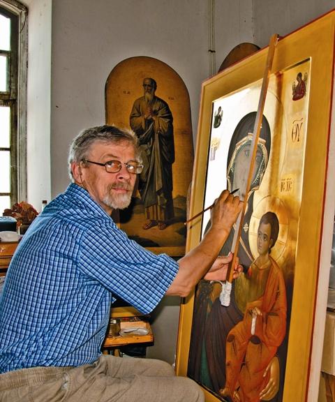 Член Союза художников России, иконописец Валерий Поляков работает над Иверской иконой Божией Матери