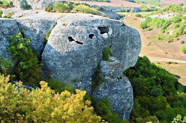 Построен Эски-Кермен на столообразном горном плато длиной 1040 метров и шириной 170 метров. Плато ограничено обрывами до 30 м глубиной.
