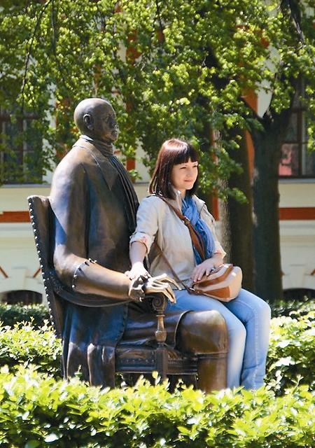 Петр I совсем не против сфотографиро- ваться с многочисленными посетителями Петропавловской крепости