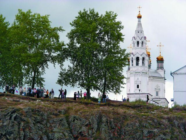 Постепенно в связи с упадком «Государевой дороги» центр города переместился из кремля, где оставался еще воеводский приказ, в монастырь.