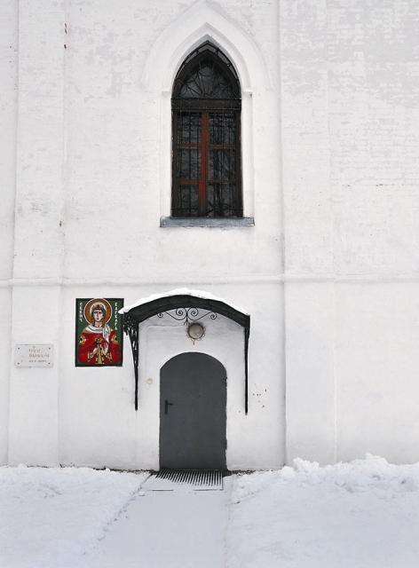 Храм в честь святой великомученицы Варвары. Построен в 2006 году в восточной части подклети Крестовоздвиженского храма.
