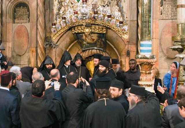 Священники разных конфессий ожидают Священный огонь из Кувуклии