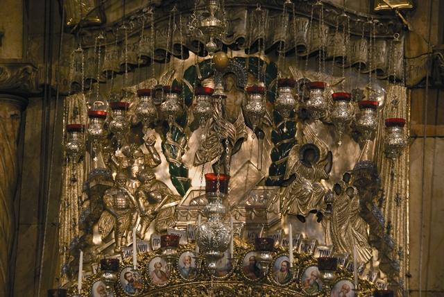 Серебряная сень над входом в Кувуклию