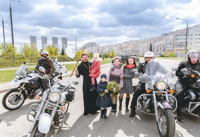 Настоятель прихода отец Василий со своими детьми
