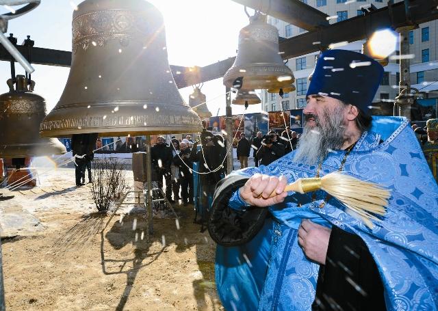 Настоятель отец Валерий освящает колокола нового храма