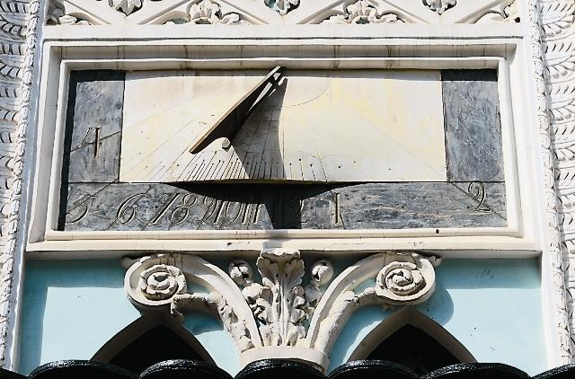 Солнечные часы на здании Историко-архивного института