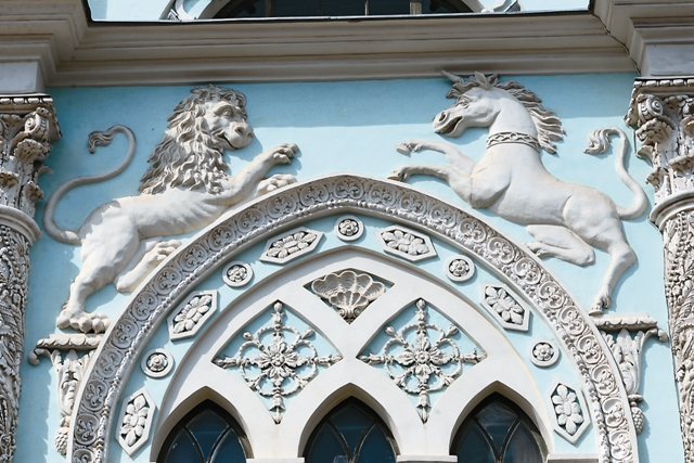 Лепнина на фасаде Историко-архивного интститута