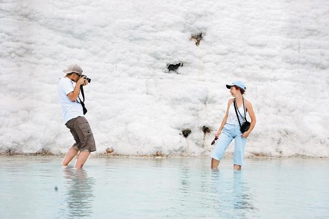 ОТ РЕВМАТИЗМА И БРОНХИТА Главная природная достопримечательность Иераполи- са – многочисленные термальные источники. Температу- ра в некоторых из них достигает 45 °С. Считается, что эти минеральные воды помогают при гипертонии, ревма- тизме, гастрите, астме, бронхите. Вода богата кальцием, отложения которого сформировали ослепительно белые каскады террас на склоне горы высотой до 100 метров. Они удивительно красивы и сегодня – как и две тысячи лет назад, когда сюда входили апостолы.