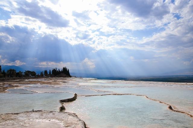 Памуккале не просто популярный курорт в Турции, известный целебными водами и белыми скалами, но и христианская святыня.
