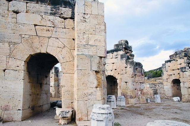 Величественные храмы, грандиозные театры, роскошные дома, термы и акведуки – спустя тысячу лет даже их руины поражают туристов