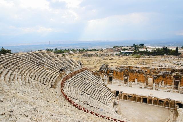 В огромном античном театре и в наши дни проходят концерты