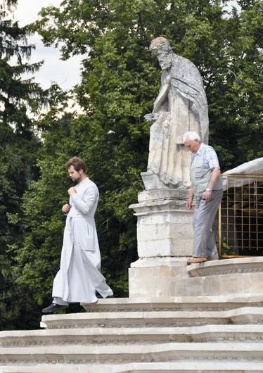 Огромные (более 2 метров) фигуры евангелистов и святителей «охраняют» главные и боковые двери здания