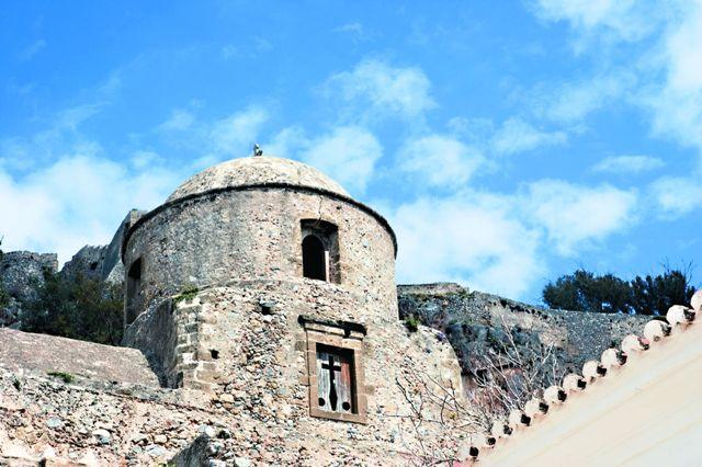 Рядом с собором находится цер- ковь Айос-Петрос – сейчас в ней размещается небольшой музей Монемвасии