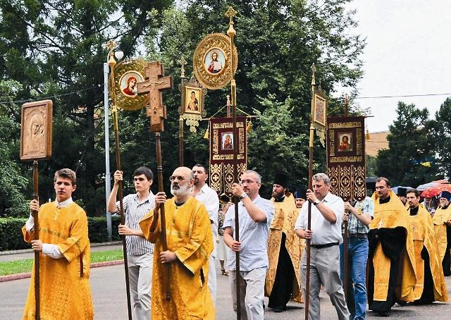 чтобы совсем уж стало ясно, что наш храм живой, действующий, решили проводить по большим праздникам крестный ход вокруг церкви. Не заметить такое просто невозможно