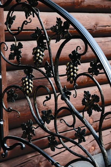 Прихожанин храма кузнец Дмитрий Новожилов украсил храмовую ограду, скамейки и фонари коваными цветами и виноградными лозами