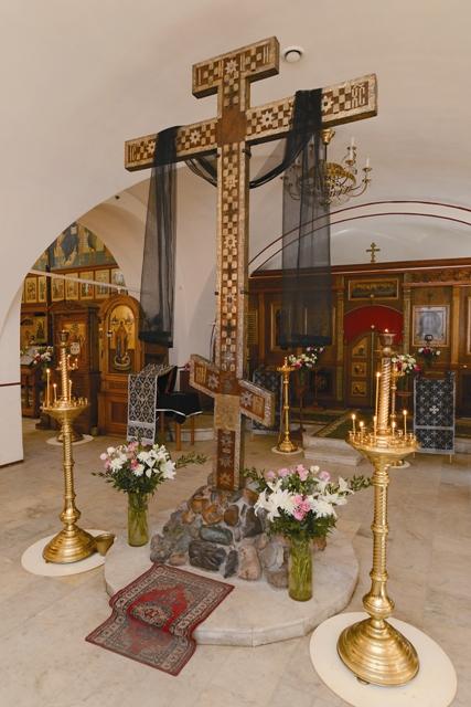 Знаменитый Кийский крест – деревянное распятие XVII века с частицами мощей более чем 300 святых – благоговейно хранится в старейшем храме в честь игумена всей Ру