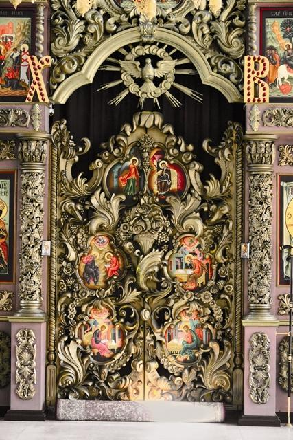 Святые врата иконостаса храма Высокопетровского монастыря