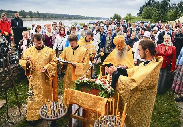 Протоиерей Олег Тэор служит торжественный молебен в Ольгин день