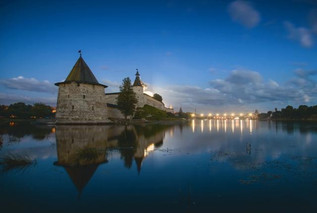 Псковский кремль высится на каменном холме у слияния двух рек – Великой и Псковы