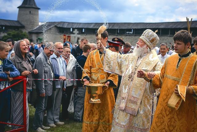 Владыка Евсевий проходит крестным ходом