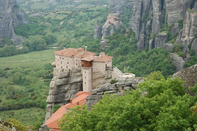В течение пятисот лет в монастыри можно было попасть только по подвесным лестницам или в сетках, которые поднимали наверх с помощью лебедки