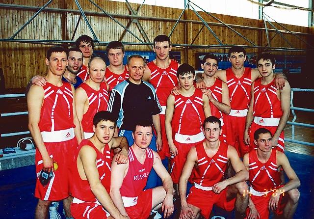 Президент России Владимир Путин со сборной России по боксу. Многие прославленные боксеры стали впоследствии членами православного движения «Сорок сороков»