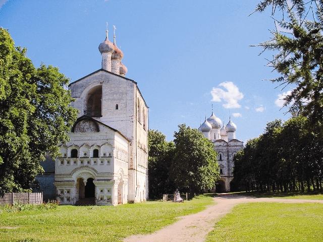 Звонница с церковью св. Иоанна Предтечи (1690 год). В 1929 году монастырские колокола были уничтожены – их сбросили с колокольни и раз- били. А в 2009 году на звонницу подняли десять новых колоко- лов, изготовленных в Тутаеве (Романове-Борисоглебске). Вес самого большого колокола 5200 кг.