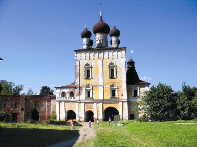 Один из надвратных храмов, Сретенский, не раз вдохновлял русских художников и даже стал прообразом для нескольких театральных декораций