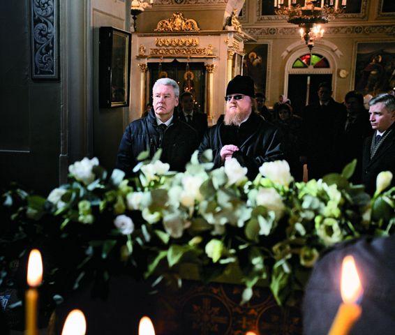 Настоятель храма епископ Подольский Тихон рассказывает о храме и его святынях мэру