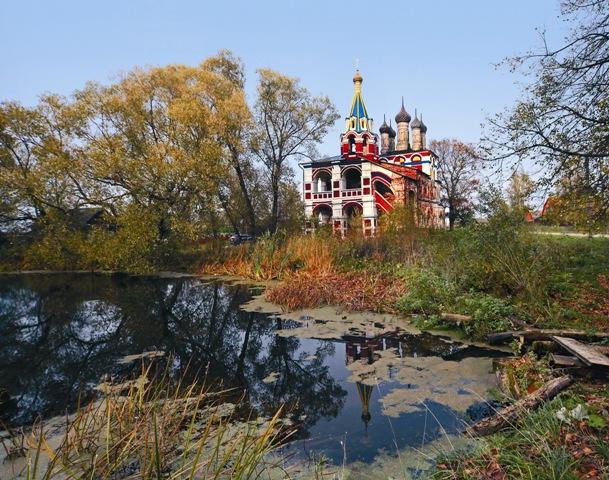 Троицкая церковь в селе Подолец была возведена почти одновременно с храмом Василия Блаженного