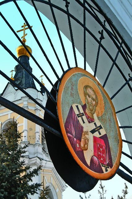 Уникальный архитектурный комплекс на берегу Белого озера включает три храма: каменные Успенский (летний) и Никольский (зимний), а также деревянную Тихоновскую церковь и две часовни.