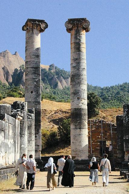 Время нещадно. И блиставшие былым величием города ныне лежат в руинах. Их древние названия давно позабыты.