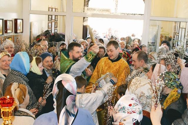 когда формируется община, пусть у нее еще нет храма, она должна полноценно существовать – молиться, участвовать в социальной жизни, молодежной, миссионерской деятельности