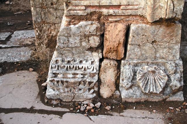 Капители греческих колон арабы  использовали вместо кирпичей