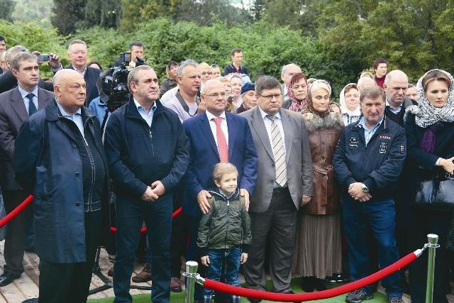 Владимир Ресин и Юрий Артюх (в центре) на освящении нового храма