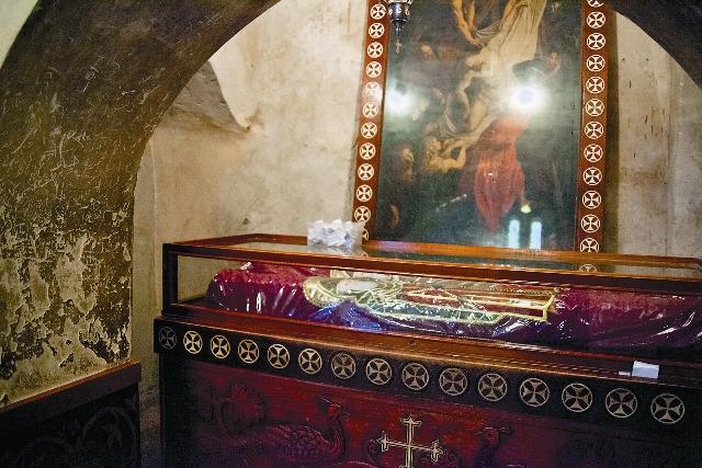 В этой раке находятся мощи трех святых Макариев: Великого, Александрийского и Египетского