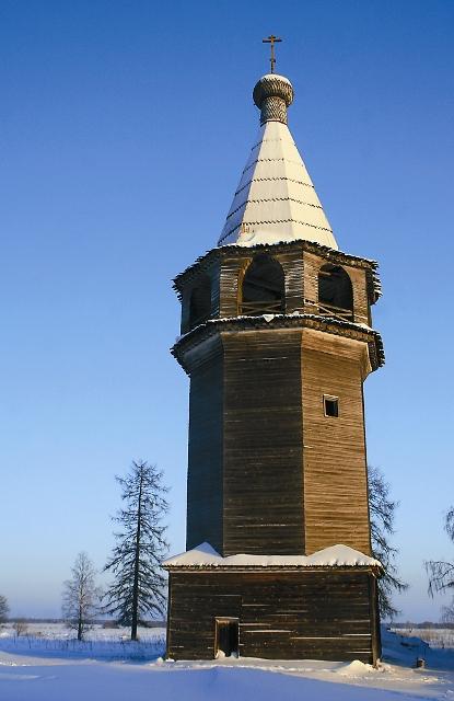 Это один из четырех сохранившихся до наших дней деревянных «тройников» (два храма и колокольня, как в Кижах) – шатровая Покровско-Власьевская и Богоявленская церкви XVIII столетия.