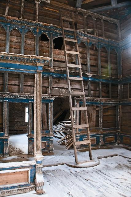 Успенский собор, где под спудом покоятся мощи преподобного Александра Ошевенского, все еще стоит в руинах
