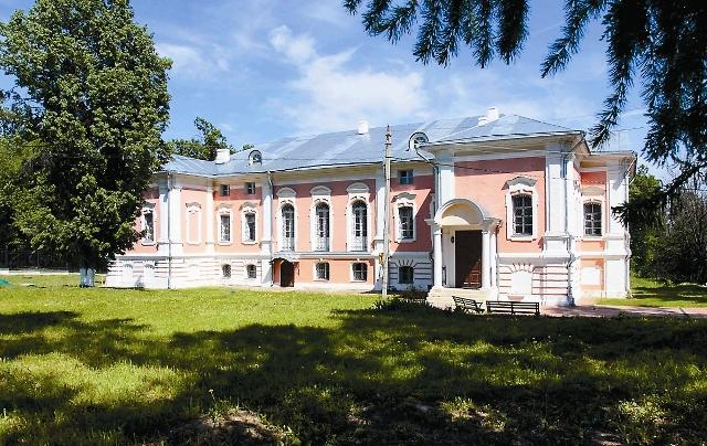 Старинное поместье рядом с городом Чеховом хранит предания о жене Ивана Грозного и о единственной любви сына  Александра Пушкина