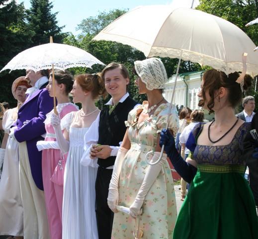 Здесь часто проходят костюмированные праздники в стиле XIX века