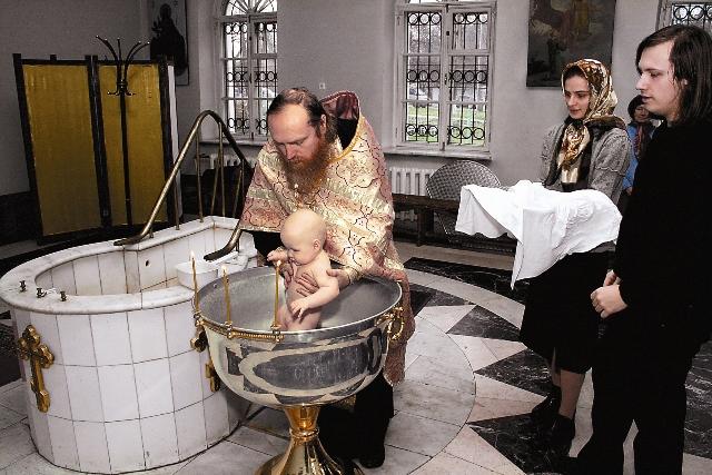 Крещается раб Божий