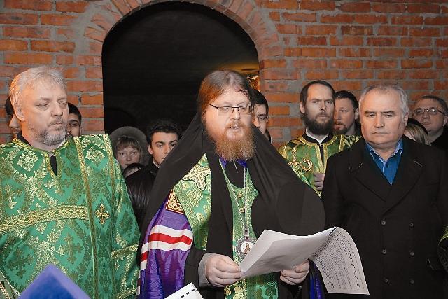 Управляющий Северо-Восточным викариатством г. Москвы епископ Подольский Тихон совершает чин освящения закладного камня в основание новой святыни